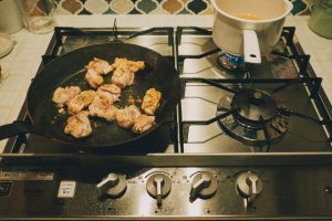 鉄のフライパンでお肉を美味しく焼くコツ