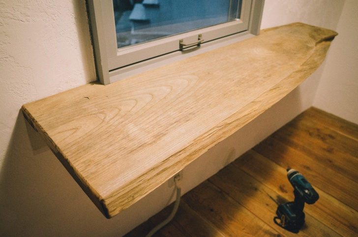 古木を使って作るシンプルなテーブル