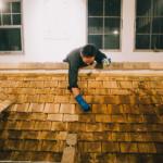 木羽葺き屋根をオイルステインで塗装する