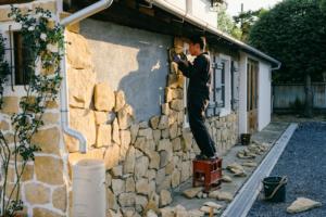 オープンハウスまでに間に合いそうにない。壁の石貼り。