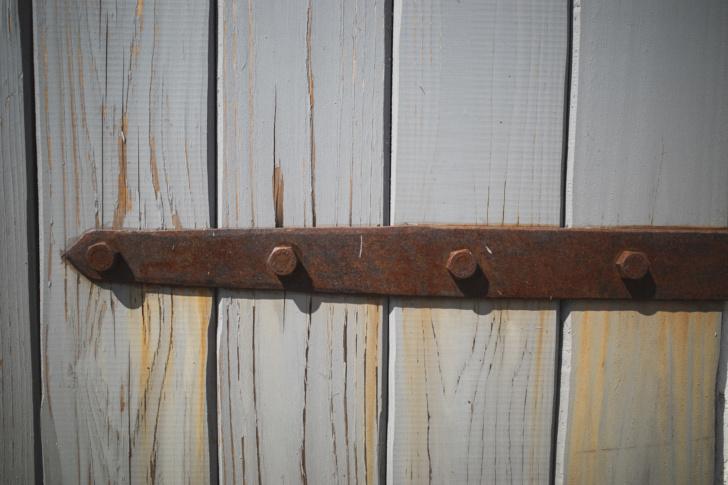 経年で閉まりの悪くなった鎧戸の調整